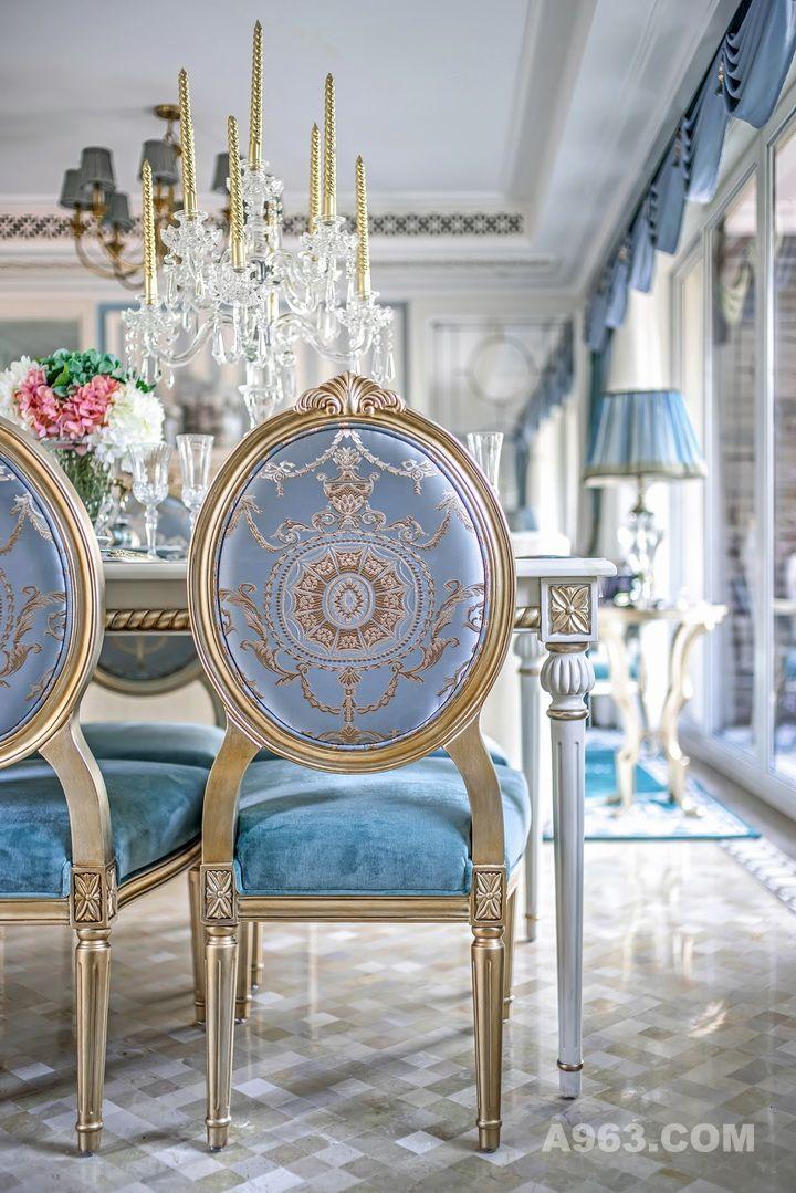 即便是铜色的铁艺灯架,与蒂芙尼蓝相撞,也变得柔情似水。白色的天花、蓝灰的背景,香槟金跳跃其中;宝贵的丝绒、精美的花边、经典的纹样刺绣、极致纤细的金边于局部勾勒出灵动的回旋贝壳形曲线、卷草花纹,精美绝伦。