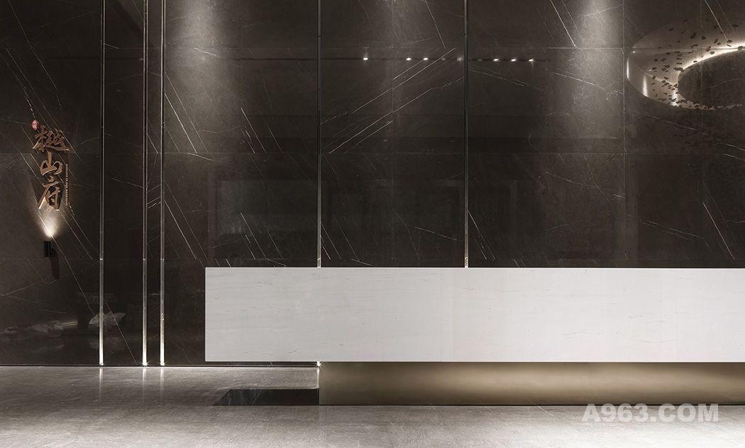 步入大堂,用悬浮木炭创作的艺术装置,意态简雅、大方别致,装饰了大堂右侧空间,其木炭黑色调与珊瑚灰背景墙、浅白色前台构成深浅色调的递变,气韵悠长。