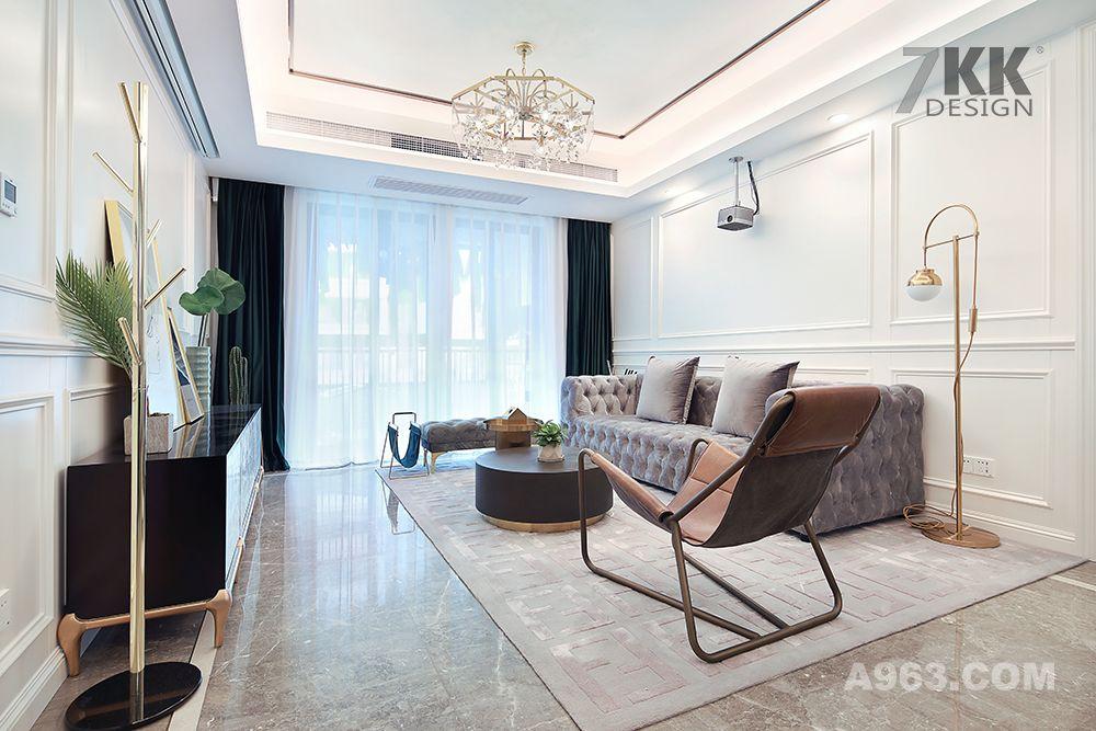 客厅阳台采用双层窗帘,一层质感厚重的墨绿色窗帘搭配一层轻薄浪漫白纱,大面浅色地毯的铺贴也让整个客厅多了份低调奢华的氛围。