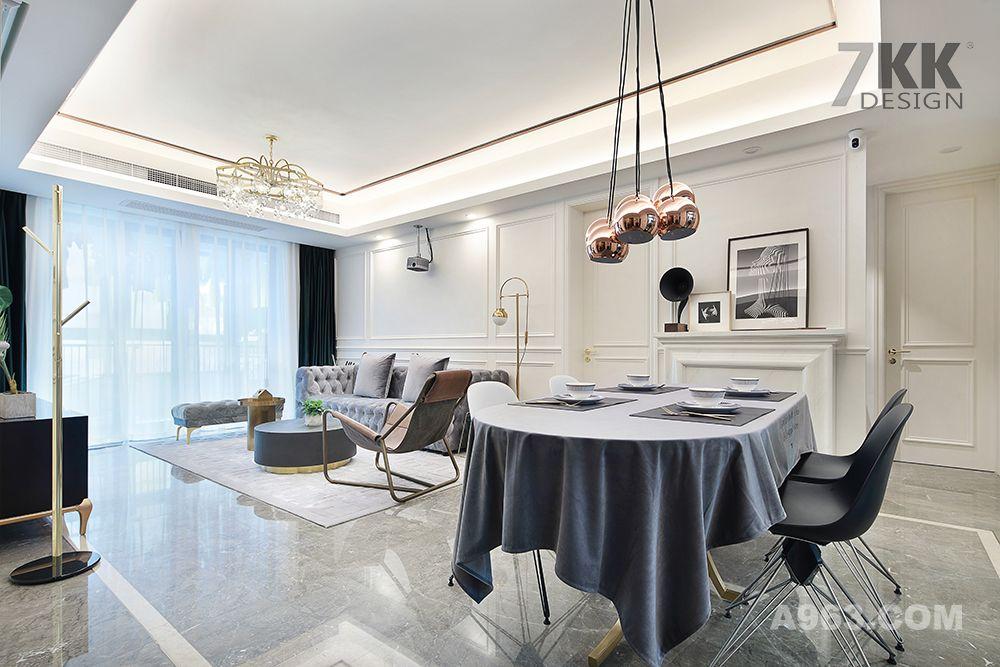 从餐厅可客厅,壁龛和沙发中间是隐形的卧室门,隐形的设计让整个客厅看起来更完整大气。