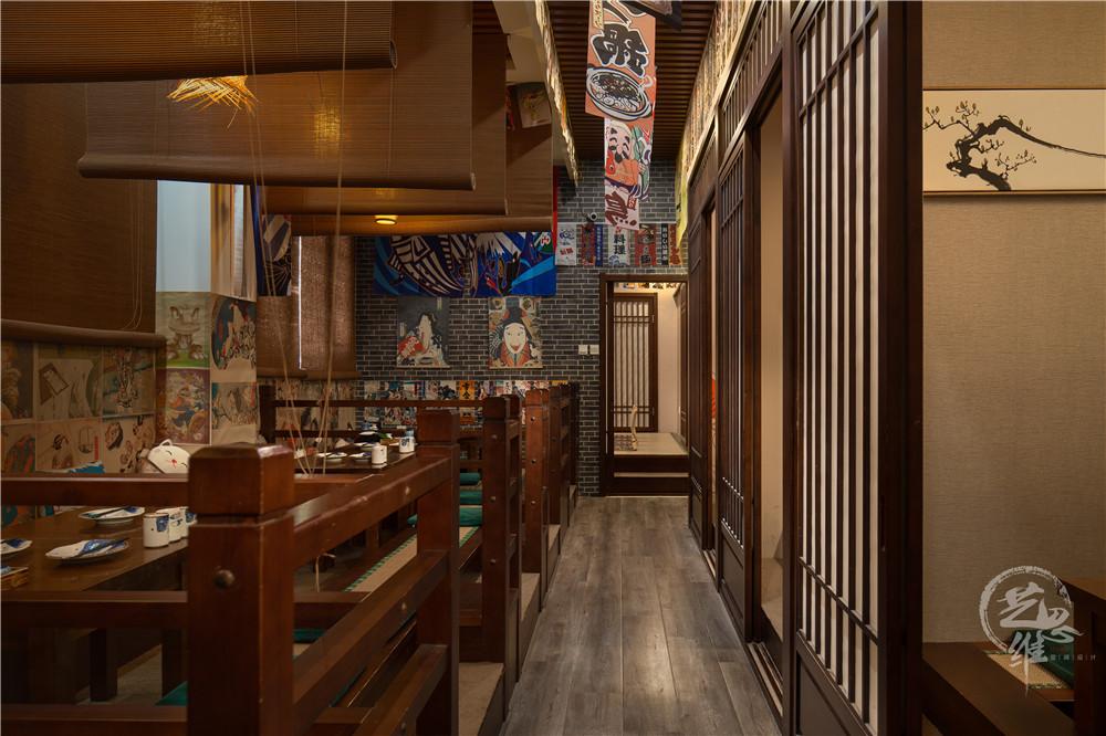 朴素的木质餐桌椅、榻榻米、竹帘、木质推拉门这些元素很好的带出了日式的禅意,又与青砖墙碰撞出现代感,没有过多的色彩,整个空间风格明确,使人步入的那一刻起就仿佛置身于东洋之国。