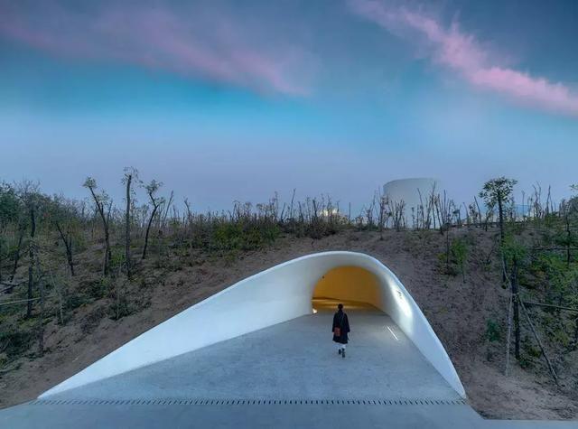 """建筑师尝试在沙丘里""""挖掘""""创造出形态各异又互相连接的一些""""洞穴""""——这也是人类最原始的居住形态和最早的艺术创作场所。一系列细胞状的连续空间,构成了沙丘美术馆里丰富的功能,包括大小形态各异的展厅、接待厅和咖啡厅等。"""