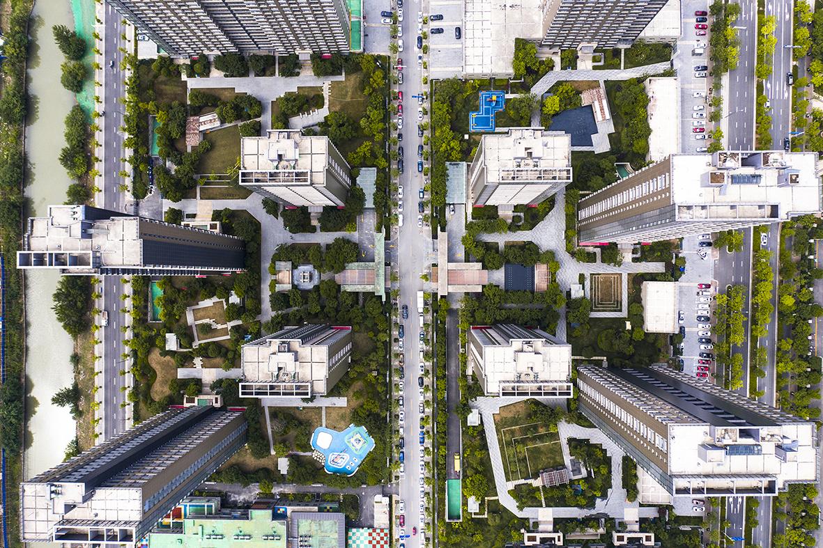 """城市概况 区位分析 南京,简称宁,华东第二大城市,中国科教第三城,中国国家区域中心城市,国家重要的政治、军事、科教、文化、航运和金融中心,国家交通枢纽、通信枢纽和科技创新中心。南京历史悠久,有着6000 多年文明史、近2600 年建城史和近500 年的建都史,是中国四大古都之一,有"""" 六朝古都""""、"""" 十朝都会"""" 之称, 是中华文明的重要发祥地。 本案地块位于南京市建邺区。建邺区是南京市的中心城区, 西至长江主航道, 东为外秦淮河、南河, 南界秦淮新河。总面积80.87平方千米。总人口约250000人。辖6个街道: 莫愁湖街道、沙洲街道、双闸街道、江心洲街道、兴隆街道、南苑街道。境内地势低平,河流众多,纵横交错。莫愁湖、南湖和众多的塘、洼均为江河故道遗存。主干道有江东中路、应天大街过江隧道等。南京新城科技园、南京奥林匹克体育中心、河西中央商务区( 面积5平方千米)等在辖区内。有莫愁湖公园、南湖公园、绿博园、侵华日军南京大屠杀遇难同胞纪念馆、粤军阵亡将士墓、恽代英烈士殉难处等景点及纪念地。"""