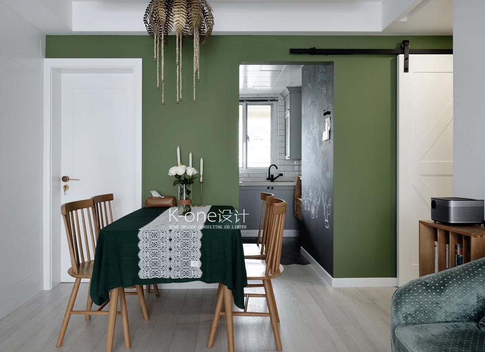 墙面、沙发、餐桌布,渐变的绿色,让人如同置身自然原野中,搭配原木色的家具让空间更舒适,放松心情。