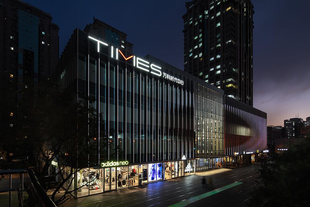 万科时代中心位于北京繁华的朝阳区十里堡,由丹麦SHL建筑事务所改造复兴后,它融合零售商铺、办公、绿色空间和活动场所,成为一个充满创意的全新城市综合体。本案的灯光设计,便是延续了建筑的风格与氛围定位,在结合中庭自然光线的基础上,设计师打造一个横贯中空格局的大型灯饰艺术装置,堆叠的白色球状灯体与饰物浑然一体,串联起空间内最为突出的视觉重点,散发着莹莹点点、皎洁明朗的光芒,展呈出迭代美学视像的感官效果,与建筑体量、室内氛围极佳地结合在一起。
