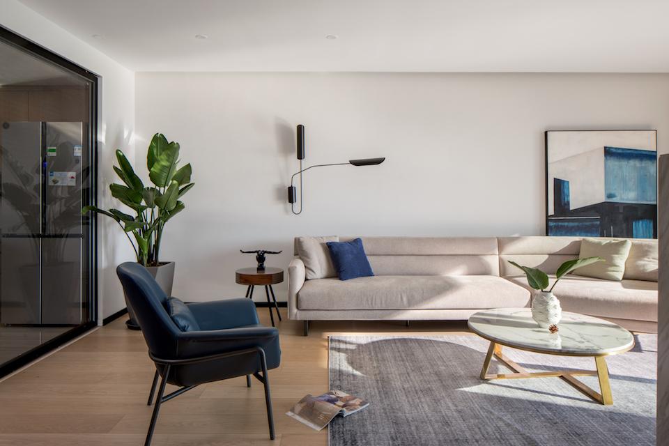 客厅的设计轻装修重装饰,墙面以白色乳胶漆为主搭配原木色的木地板让家中温暖而不张扬。软装的设计以黑白灰为基调用沉稳内敛的蓝色作为跳色营造宁静而和谐的空间氛围。