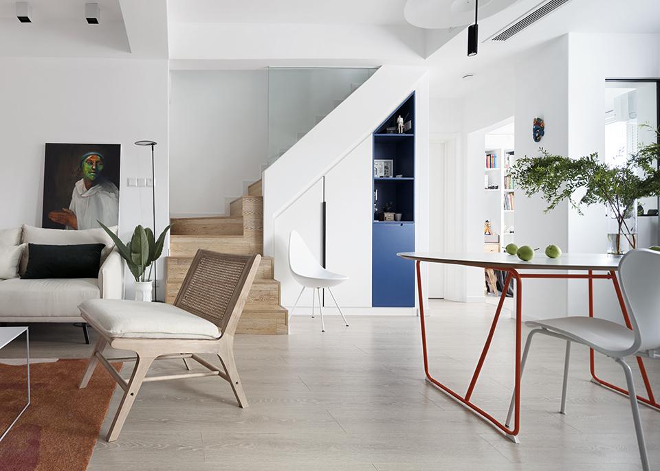 整个空间并没有单独定义的风格,采用大面积的白色作为基础色,因为设计师认为白色是永远不会过时的颜色,因为白色是可以搭配任何颜色的,希望家是自由慵懒的,希望可以满足业主后期想怎么换就怎么换软装的初衷。