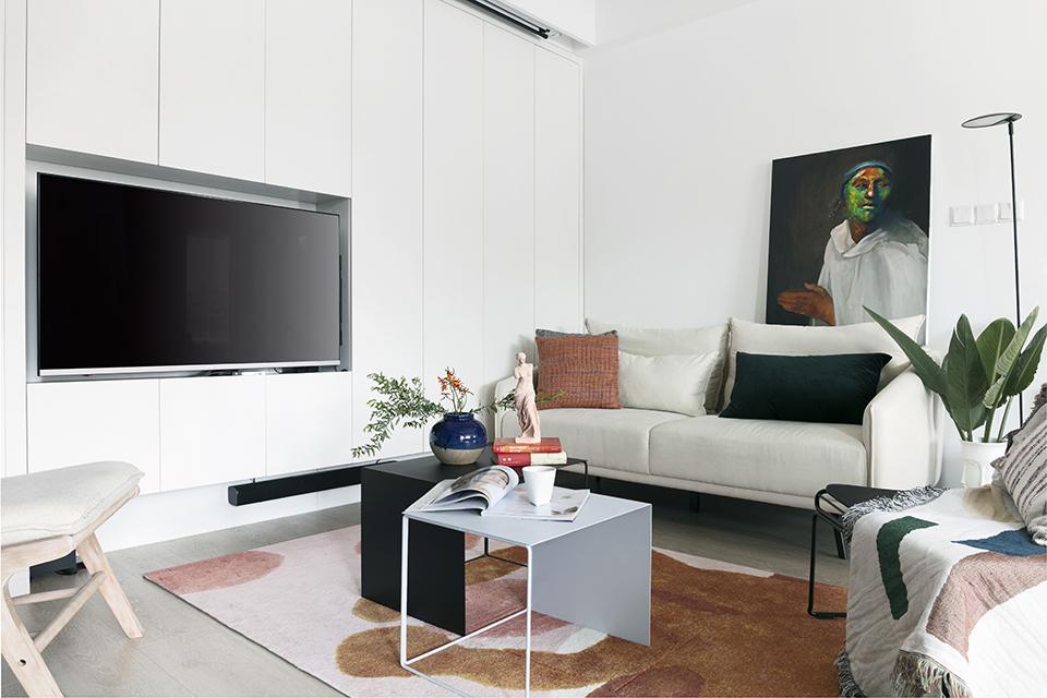 客厅同时考虑了电视机与投影,因公共空间储物有限,客厅增加了一面储物柜,电视嵌入到储物柜 内部,考虑到在客厅看电视与玩游戏的舒适性,在电视背后增加了旋转支架,全家需要看电视或者有人需要玩游戏的时候可以将旋转支架旋转90度正对客厅沙发。