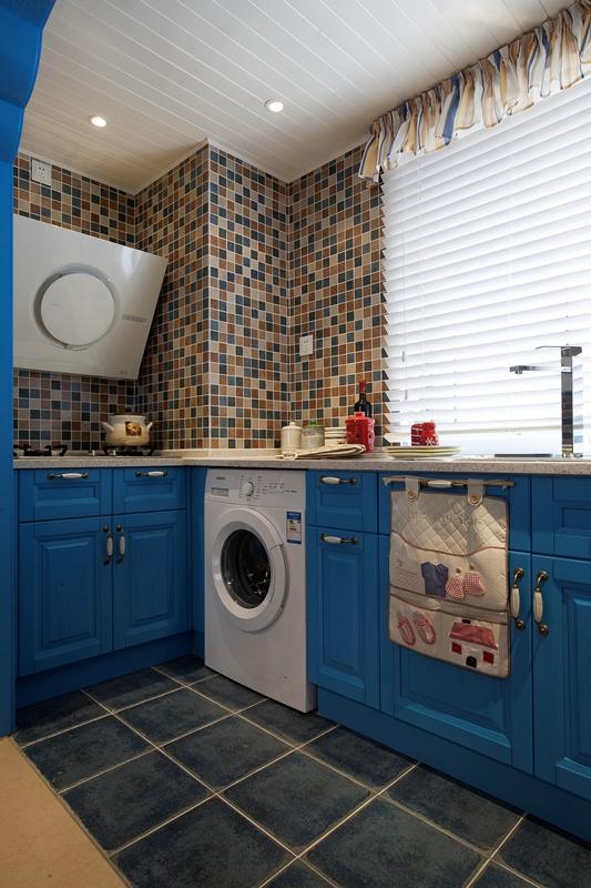 厨房也是以海洋的蓝天空的白空间的合理利用相结合!