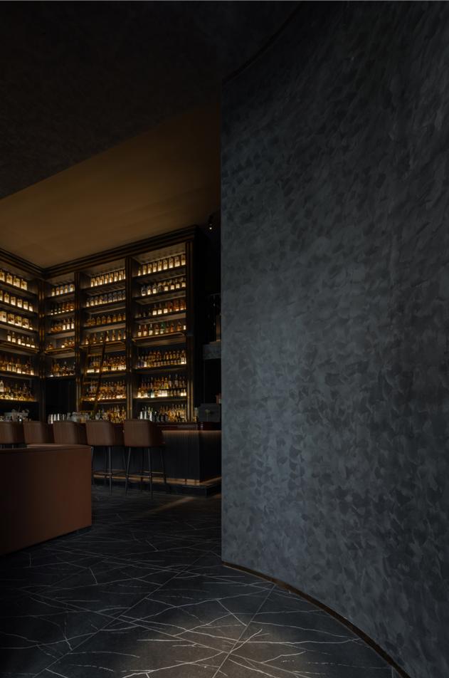 弧形墙面将视线引入酒柜,过渡且点题。 Arc wall introduces the sight to the wine ark, which is excessive but to the point.