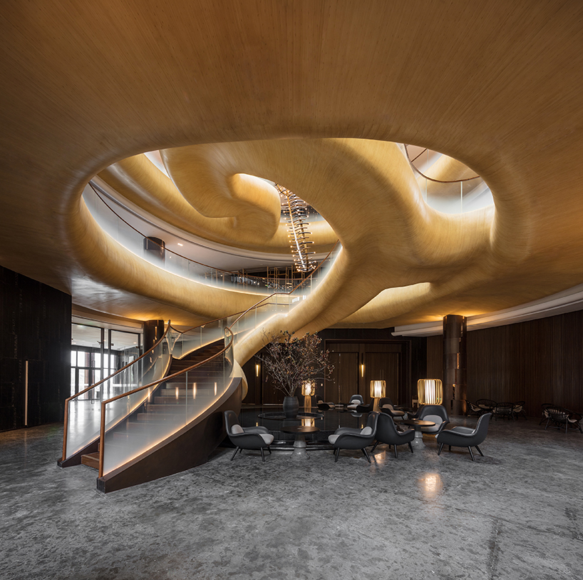 挑战之一在于如何在將建築精髓帶到室內並創造出具有儀式感而又震撼人心的室內空間,自然有机亦帶崇敬地连接大中庭的楼层。