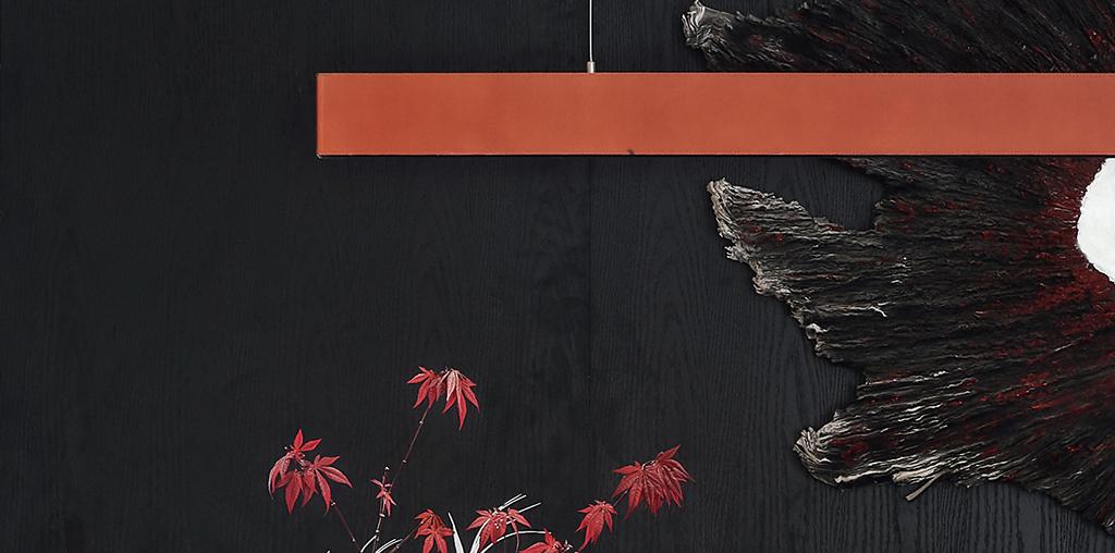 """""""在'黑夜'的底色上,选用天马山红土的颜色,艺术与自然的呼应,是这套叠墅的特别之处。"""""""