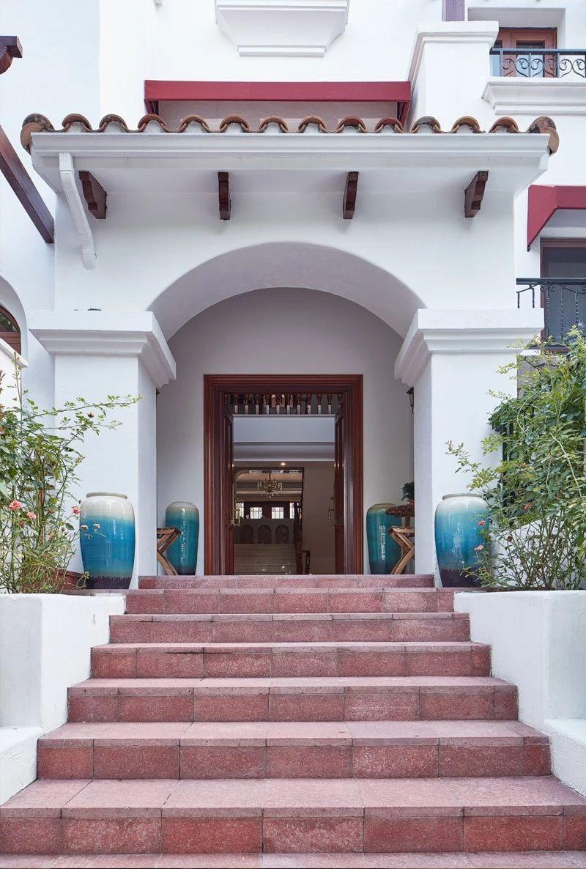 走进门口,台阶上的青纹渐变花瓶和屋檐上的红陶筒瓦瞬间吸引住你,两种文化的相遇相融在细节上体现。尊崇、典雅、温馨浪漫浸润在空间的细微情绪中。