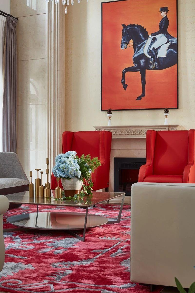 步入大堂,阳光洒落在限量版的Fendi橘红色沙发椅上,奢华精致的气息展示了空间独特的优越品质感;复古的黄铜器具和简约的陶罐线条相映成趣;迪拜顶级酒店御用的云石茶几远行来到这里,现代感十足。