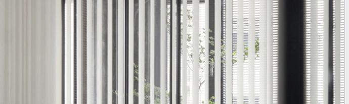 ▲垂直帘 智能运用让生活更便捷提升幸福感  垂直帘原来多用于公共空间,近两年慢慢在家装设计中运用,线条明快更能符合简约风格的空间设计,可以从任何一个地方出去,无阻碍进入到观景阳台,并且可以通过角度变化调光。