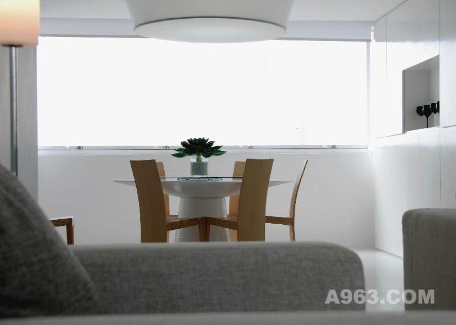 客厅&餐厅 深居闹市可独享清静,简单自然而舒适贴心。这是居者希望的生活状态。  以极简的设计手法改变原建筑空间后发掘它简单实用的空间本质。设计规划的五大设备系统(1水家装系统、2新风系统、3除尘垃圾处理系统、4中央空调系统、5智能化系统)以及大量种类繁多的家居用品暗藏在简约的建筑皮肤内,与环境有机地融为一体,实现了复杂的公寓建筑和日常生活的基本功能需求。(人与建筑的形体和谐)  现代极简的建筑空间作为载体,融和老子【道法自然】思想,创造安宁平静、健康自然的生活空间,回归人性本质生活。无欲而心静,宁静而致远。(人与自然的灵魂和谐)  设计之道,道法自然。设计改变生活,生活回归自然。  08鲍鱼/南宁