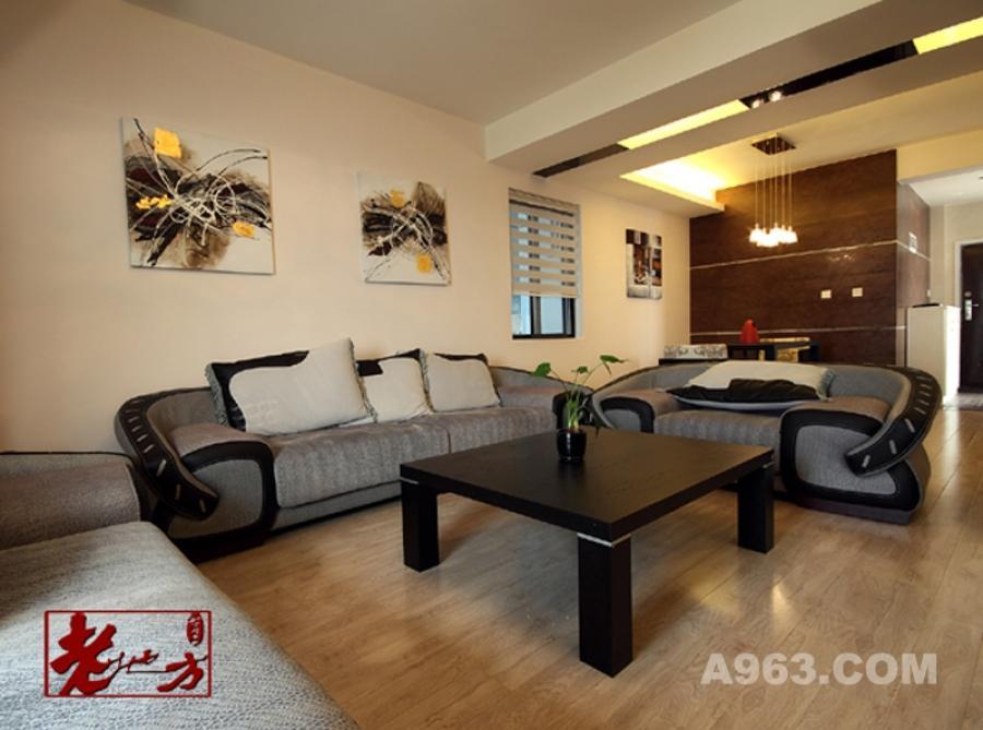 客厅 客厅家具的色调以灰黑为主,沙发背景墙上的两幅抽象主义的画作既丰富了空间效果,又提升了品位。