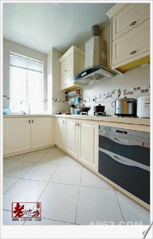 米色的的磁砖,米色的厨柜,使原本狭少的空间显得宽敞一些,有时
