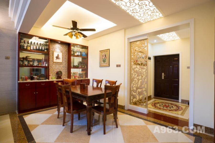 餐厅一角 淡黄色的色调烘托出了温暖的气息,大气、自然、敞亮的气质也为整个空间加分不少。浪漫的情调和完善的餐厅功能,让这个小窝充满甜蜜的氛围。