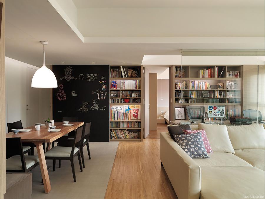 空間底端藉由收納書牆作為端景牆,門片上結合可塗鴉的黑板設計,讓空間更具有承載生活點滴與記憶的特質