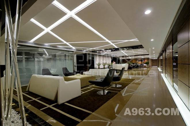 前厅接待区 前厅接待区域主体的明亮和色彩的点缀构成一个艺术大气而有品味的港式办公空间