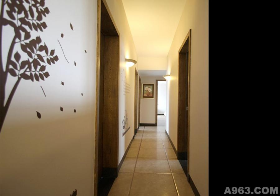 过道尽头的挂画和墙面的墙贴搭配木纹门整个色调别有一番风情