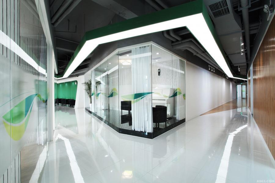 设计师根据解构主义理论运用相贯、反转、回转等手法,将墙面、玻璃和结构同化,连接营造出空间中的流动感,并传递给人体,诠释出使用者的动线。