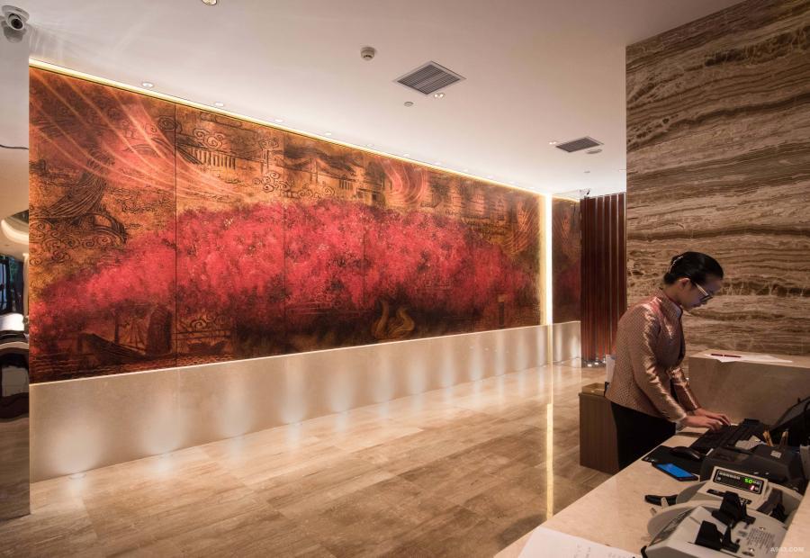 """汕头国际大酒店是粤东地区首家国际五星级酒店,已有三十多年历史,是汕头改革开放的标志性建筑之一。【图为""""三江汇海、金凤花开""""主题漆画】"""