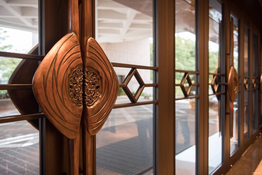 【金凤花开、吉祥如意】大堂门把手——根据陈设艺术主题,以金凤花开和汕头传统木雕样式创作成当地独有文化的装饰。