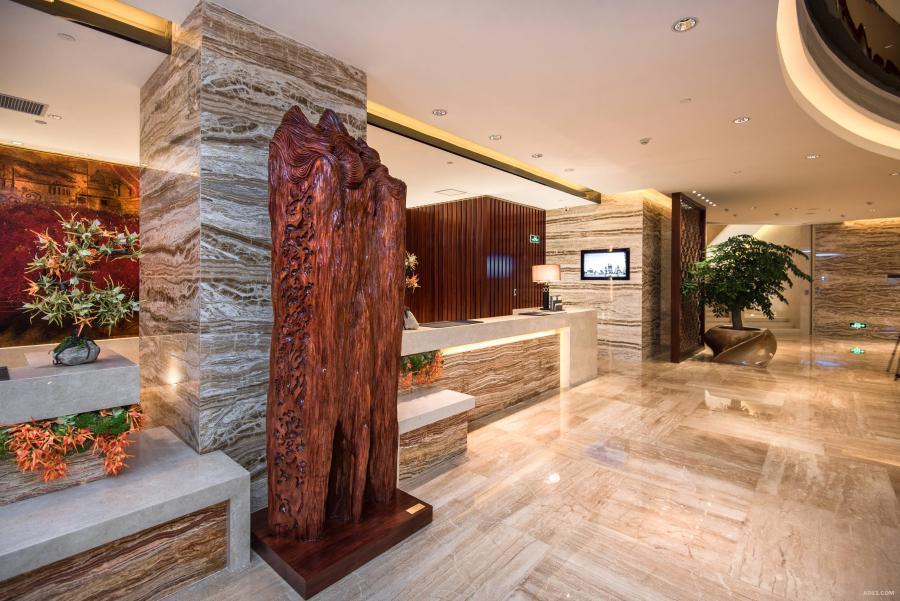 """【中流砥柱】- -大堂中庭主题雕塑(共1个),该项目以""""三川汇海,粤东印象""""为文化创作理念。"""