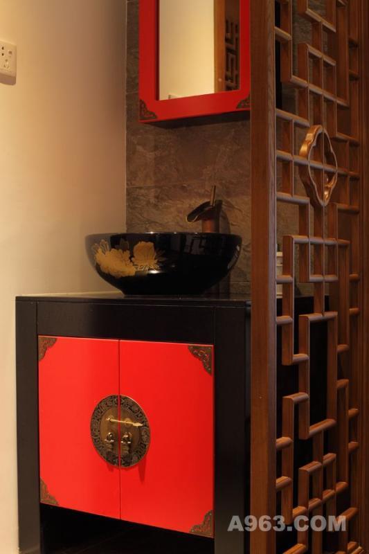 红色柜身,红黑相间的洗手盆,传统的中式纹样镂空隔断,与门上的木纹样雕花相呼应,这些元素的运用,在古木色的空间里更显张力。柜面上的雕花花纹、古风拉手,细节处处体现中式元素的优雅,使得此处成为整套房屋的一个装饰亮点所在。