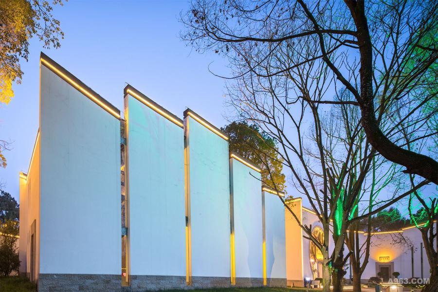 光线的勾勒让解构设计的马头墙层次更加丰富