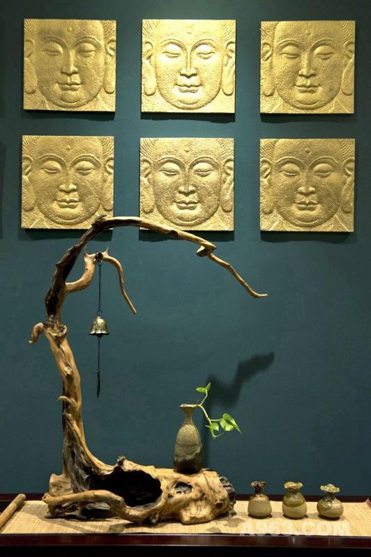 古朴自然的根雕与佛结合,神秘的禅意恰到好处。