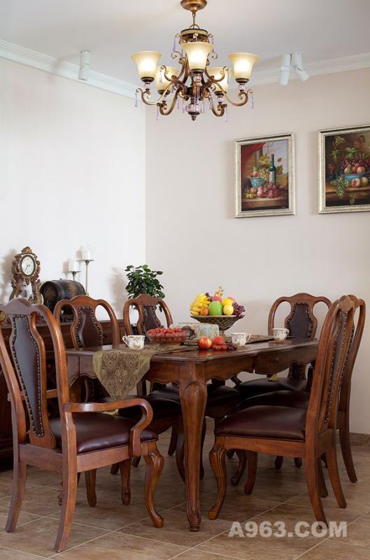 简欧味道的餐桌椅,蜿蜒柔美的桌沿曲线,稍显夸张的桌腿椅腿造型,厚实舒适的皮座垫和皮靠背,将华丽和婉约平衡得恰到好处。在艺术瓷砖的铺陈下,一切装点得刚刚好。墙画中花,桌上之花,不仅盛开在墙与桌上,似乎能嗅到秋日金色的阳光与满山的花野。是的,就连吊灯散发和垂吊下来的那份迷人气质,也是刚刚好!