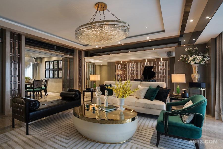 ▼客厅 将理性空间,注入人文情怀,汲取古典建筑之符号,将其创新再解构,重新赋予时代的传承意义,从古典建筑到时尚服饰再度跨越到当下的软装设计,这是一场经典的轮回