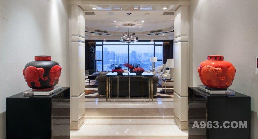 客厅是主人招待来宾的场所,也是展现其品位的重点空间,因此除了在功能上要符合生活所需,设计师在家居布局上也搭配出一种丰富的语言。