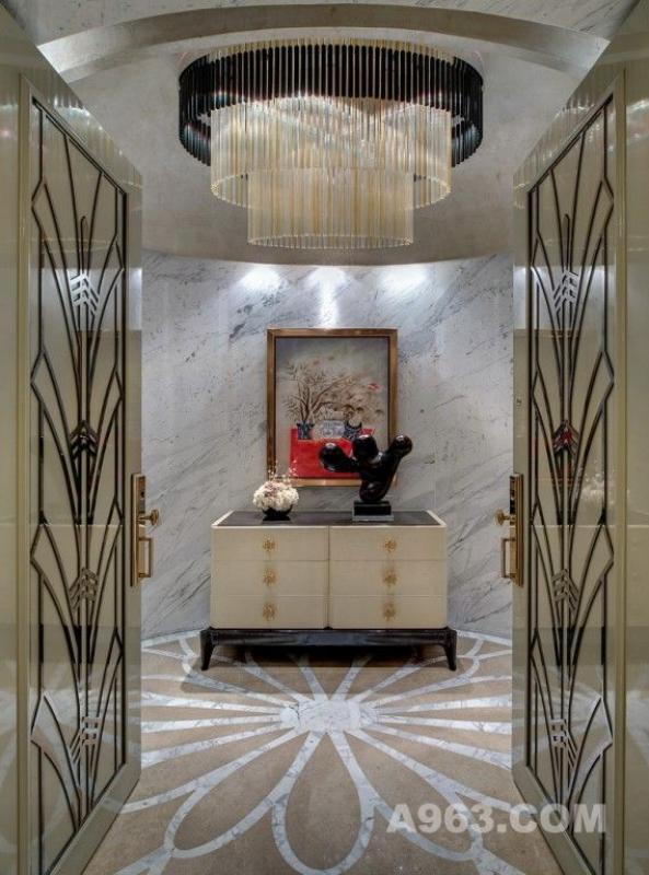 邱氏以丰富的经验与深厚的素养,将装饰元素结合当代设计,开创了新装饰主义NEO ART DECO东方美学风格。保利琶洲一号曦园20层样板房正是沿袭和发展了该风格,在低调与奢华之间,打造了现代都会高层建筑的住宅典案。