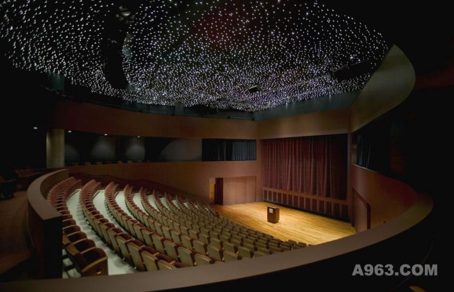 剧院设计案例效果图说明:  剧院 电影院 屏幕 舞台 座位 太空椅