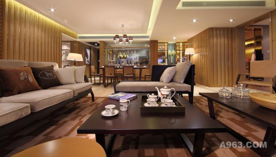 样板房内所有家私也都是参考爱马仕2012年新出的家居系列为蓝本设计,在内地从未进行过公开发售。设计虽然简约,譬如客厅的沙发,细看那脚架就仿如一匹马在奔跑当中,优雅和贵气是不言而喻的。
