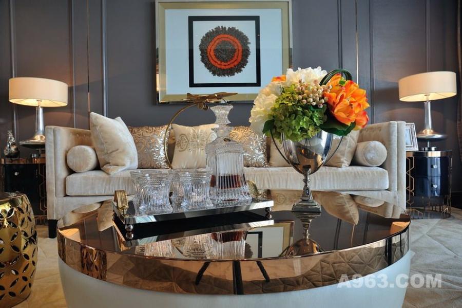 客厅的硬朗造型,高级灰漆和灰橡木饰面,体现出简洁又不失装饰性的造型语言。壁炉造型的电视背景墙,传承着西方文化的底韵,创造出更丰富的视觉体验。