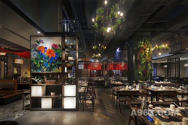 """设计师在本案中采取了四合院围合形式的空间布局,用静动相结合的空间分割了中庭与偏庭,满足了不同消费者的用餐体验需求,并运用""""菊文化""""在黄记煌的品牌基础上植入更多传统中式的文化内容,使空间感更加丰满厚重,体验印象深刻。"""