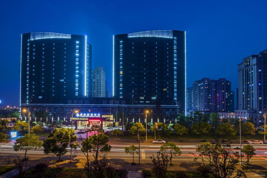 """印象杭州 杭州位于中国东南沿海、钱塘江下游、京杭大运河南端,丰富纵横交织的河道,造就了中国的""""江南水乡""""特有景色。素有""""人间天堂""""之称的杭州不仅拥有滋养万物的水道系统,还林立着风景秀丽的座座山峰,这些都是大自然给予杭州的馈赠。如此山灵水秀的风水宝地使杭州成为了中国的七大古都之一,因此了积累丰厚的文化底蕴,而这些自然及人文元素都是君尚饭店设计灵感的源泉。"""