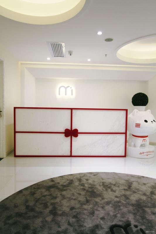 吧台¬——以系着粉红缎带及蝴蝶结的纯白色礼品包装盒的形式呈现