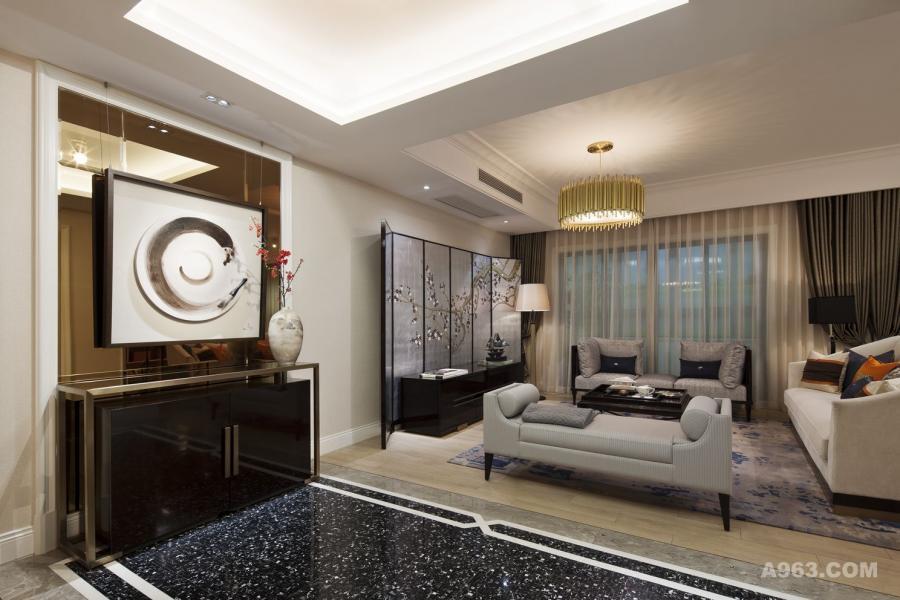 """1. 玄关/ 客厅/ 书房                                                           漫步室内首映眼帘的便是玄关,镜面环抱柜体拉伸空间及视线距离,衔接客厅,便是该户型的格局之特色——书房依厅而伴,开放式的空间设计利于人与人之间的交流并拉近彼此的距离,让整个家充满""""人情味儿""""。银箔为底梅花为图的屏风搭配造型优雅的摆设及家具,展现空间的质感与层次,营造出整体的""""气度适中""""。文房四宝、博古架均相呼应出整体空间的文人雅致、隽书气息。"""