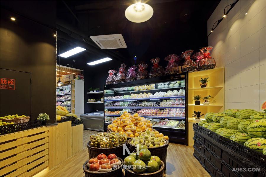 门口水果堆头区,立面上设计师采用不同材质和色调,针对不同水果进行了背景设计。