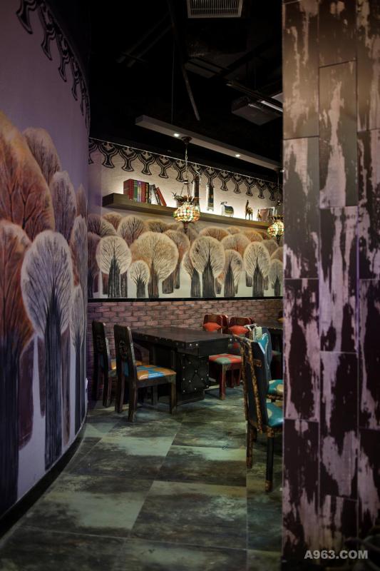 """在新疆,胡杨林因其顽强的生命力而被赋予""""大漠英雄树""""的美称,人们甚至将其视为精神的象征,因此,设计师在入口的墙面上,选用了胡杨林作为手绘壁画的主题。"""