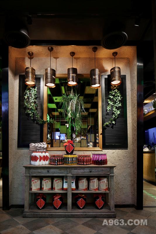 本案中设计师以两条主道将餐厅划分为左中右三大区域。黏土质感的墙面,复古的小开窗,陈旧感的木酒柜,让整个门口处的形象墙传统韵味十足。人们的视线可以透过开窗看到中区景观,空间层次感更加丰富而鲜明。