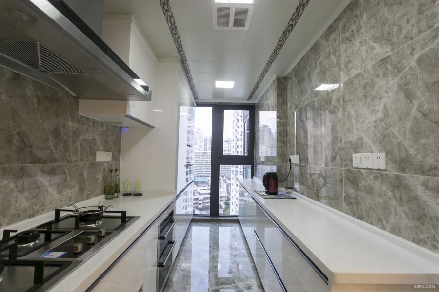 3 整个厨房采用通透性做法大气落地窗及仿意大利灰大理石磁砖,吊顶采用咖色白双拼色让吊顶显得即时尚又有格调