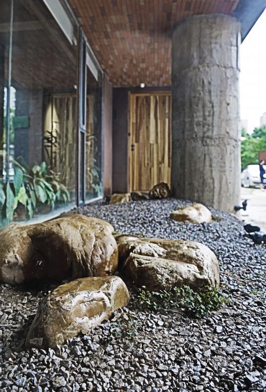 将原建筑外墙 向室内退进三米 作为户外庭院小景