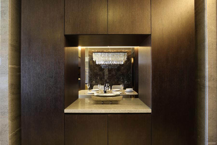 玄關的視線,映入眼簾的是陳架後的餐桌吊燈, 映射在石牆上的光影,那是一種疊影的借景。